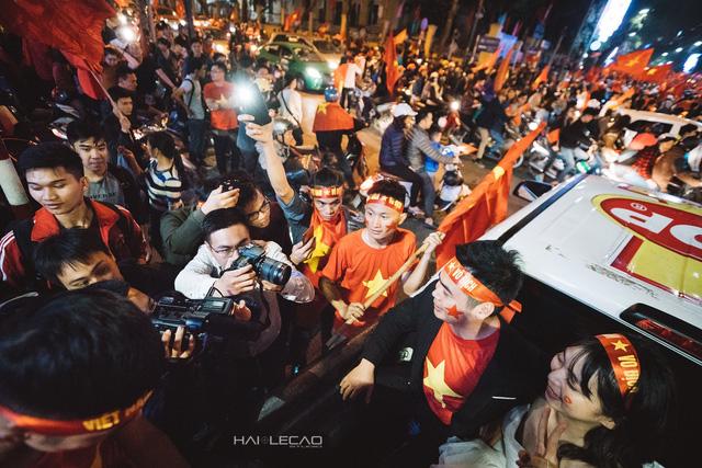 Cặp đôi trẻ cầu hôn đầy cá tính trên chiếc Ford Ranger giữa biển người cổ vũ U23 Việt Nam - Ảnh 3.