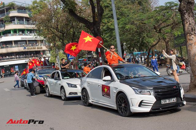 Dàn ô tô, mô tô phân khối lớn mang cờ tổ quốc xuống cổ vũ U23 Việt Nam - Ảnh 16.