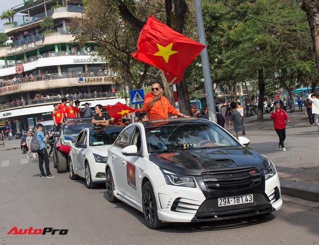 Dàn ô tô, mô tô phân khối lớn mang cờ tổ quốc xuống cổ vũ U23 Việt Nam - Ảnh 15.