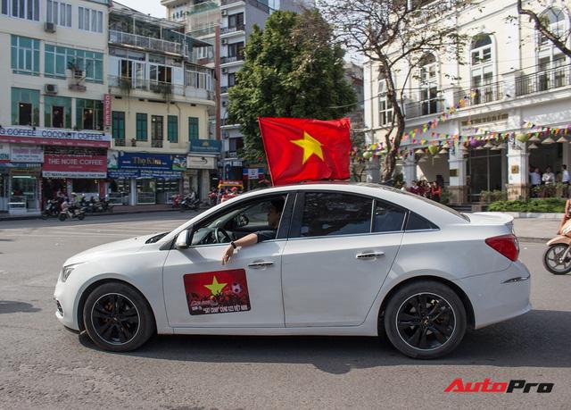 Dàn ô tô, mô tô phân khối lớn mang cờ tổ quốc xuống cổ vũ U23 Việt Nam - Ảnh 14.