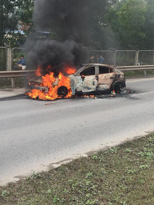 Mazda3 bốc cháy dữ dội khi đang lưu thông trên cao tốc Thái Nguyên - Hà Nội - Ảnh 4.