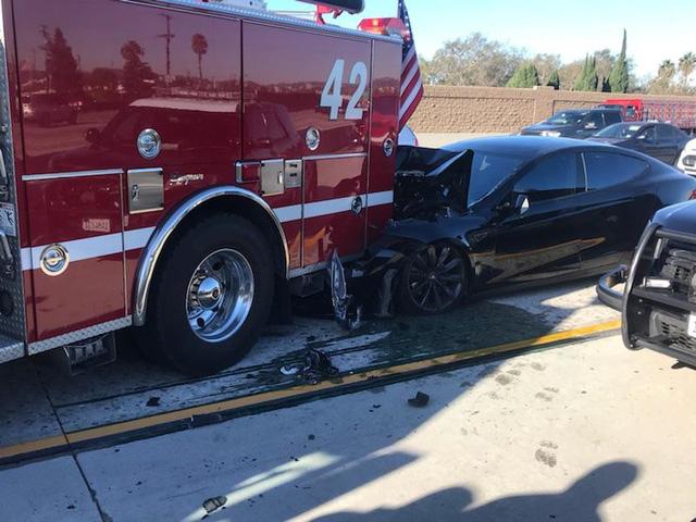 Tesla Model S gặp tai nạn vỡ nát đầu mặc dù đã kích hoạt tính năng tự lái - Ảnh 1.