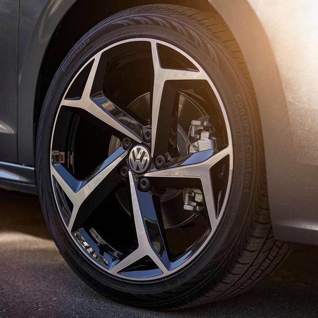 Volkswagen nhá hàng Passat cạnh tranh Toyota Camry ra mắt tuần tới, cam kết trung thành với sedan - Ảnh 1.