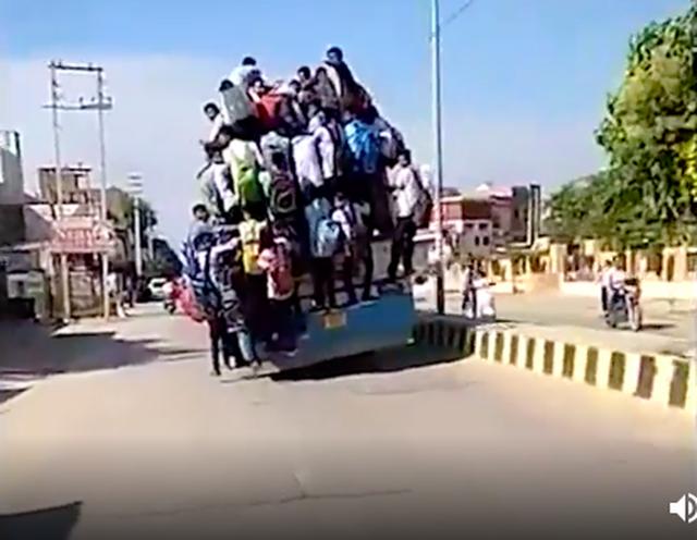 Hình ảnh kinh hoàng: Hàng chục sinh viên Ấn Độ đu bám theo xe buýt để đến trường cho kịp kỳ thi - Ảnh 2.