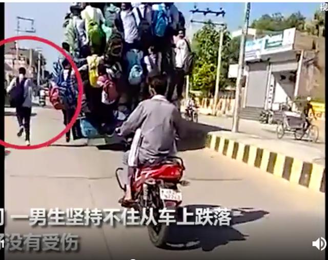 Hình ảnh kinh hoàng: Hàng chục sinh viên Ấn Độ đu bám theo xe buýt để đến trường cho kịp kỳ thi - Ảnh 3.