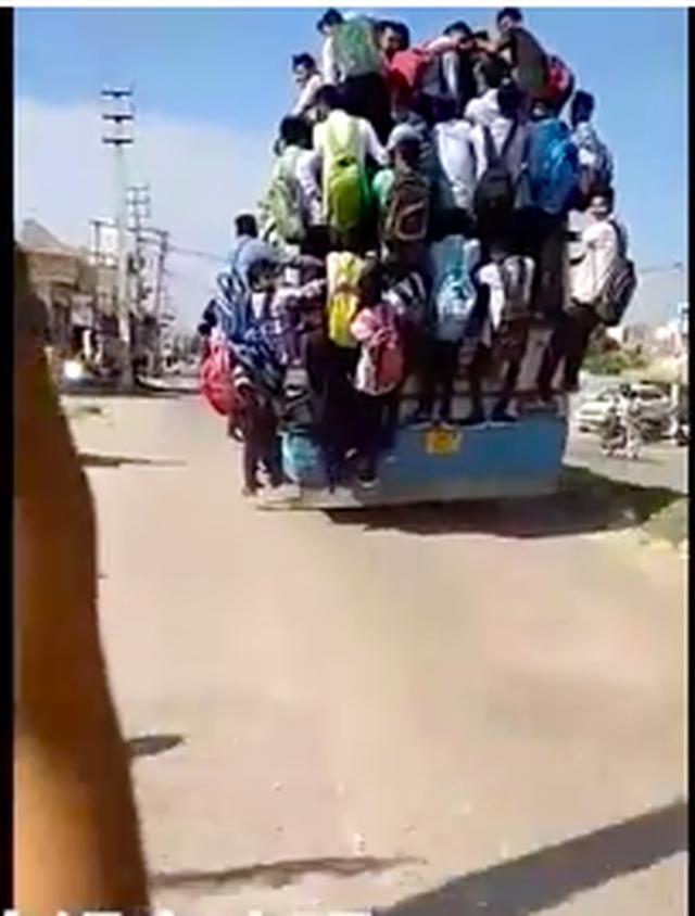 Hình ảnh kinh hoàng: Hàng chục sinh viên Ấn Độ đu bám theo xe buýt để đến trường cho kịp kỳ thi - Ảnh 5.