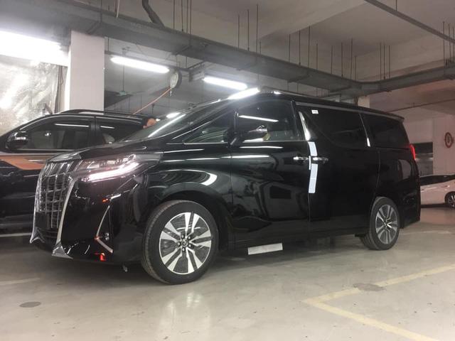 Toyota Alphard 2019 chính hãng hơn 4 tỷ đồng về đại lý, xe nhập tư lao đao vì giá cao - Ảnh 1.