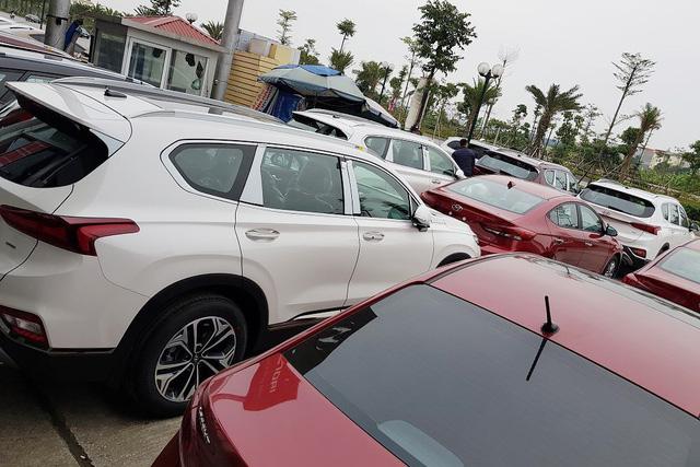 Hyundai Santa Fe 2019 full option giá cao hơn 1,3 tỷ thiếu vắng tại đại lý khiến nhiều khách hàng hụt hẫng - Ảnh 3.
