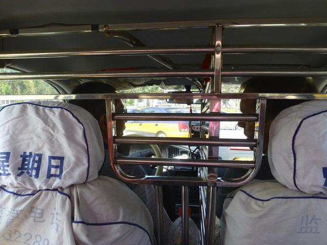 Cách những công ty taxi trên thế giới ngăn chặn tình trạng tài xế bị hành khách tấn công, cướp của - Ảnh 1.