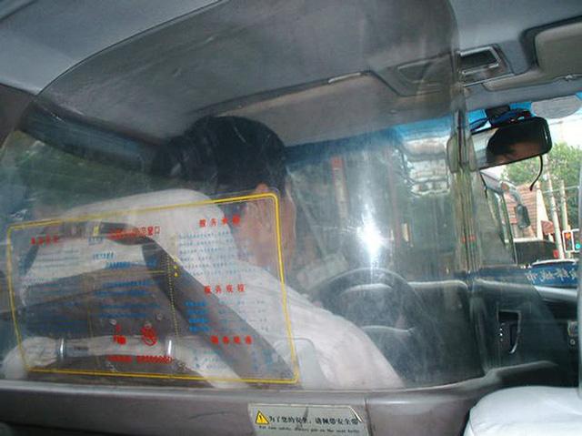 Cách những công ty taxi trên thế giới ngăn chặn tình trạng tài xế bị hành khách tấn công, cướp của - Ảnh 2.