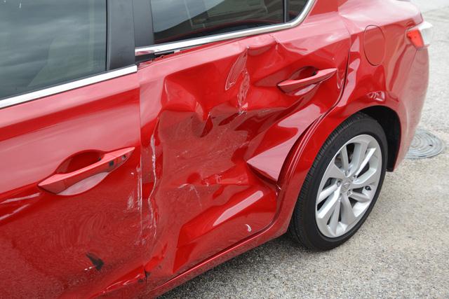 4 cậu nhóc đột nhập vào đại lý siêu xe chơi xe đụng, thiệt hại gần 1 triệu USD - Ảnh 3.