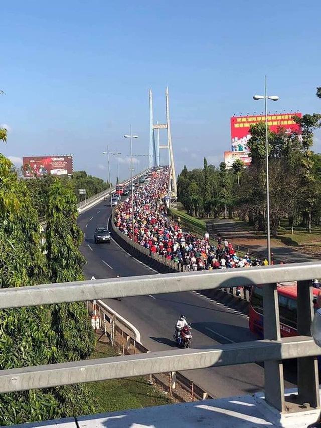 Khoảnh khắc được chia sẻ nhiều nhất trên MXH: Hàng trăm phương tiện ùn ùn quay trở về Tp. Hồ Chí Minh - Ảnh 1.
