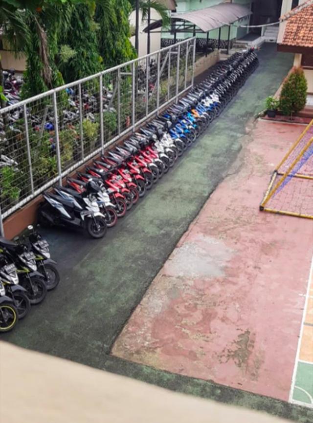 Bảo vệ trường nhà người ta: Ngày nào cũng xếp xe của học sinh theo hãng, màu sắc một cách ngăn nắp đáng kinh ngạc - Ảnh 3.