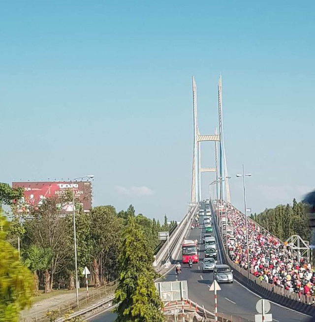 Khoảnh khắc được chia sẻ nhiều nhất trên MXH: Hàng trăm phương tiện ùn ùn quay trở về Tp. Hồ Chí Minh - Ảnh 3.
