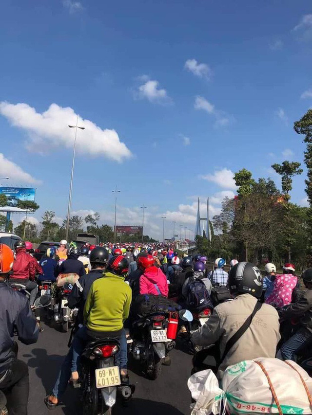 Khoảnh khắc được chia sẻ nhiều nhất trên MXH: Hàng trăm phương tiện ùn ùn quay trở về Tp. Hồ Chí Minh - Ảnh 4.