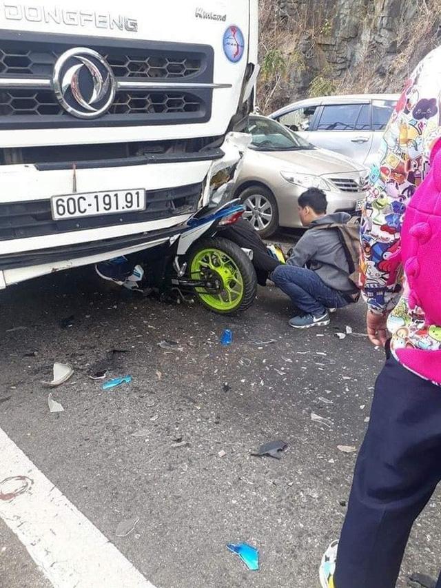 Nam phượt thủ đổ đèo Bảo Lộc gặp nạn, người và xe dính chặt vào đầu xe tải - Ảnh 1.