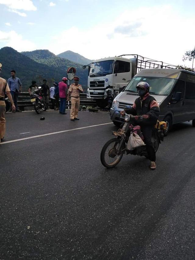 Nam phượt thủ đổ đèo Bảo Lộc gặp nạn, người và xe dính chặt vào đầu xe tải - Ảnh 2.