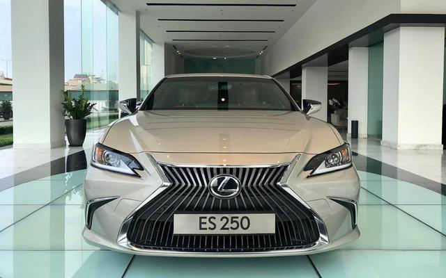 Cùng giá 2,5 tỷ đồng, chọn Toyota Camry XLE 2019 hàng độc hay Lexus ES250 2019 chính hãng? - Ảnh 9.
