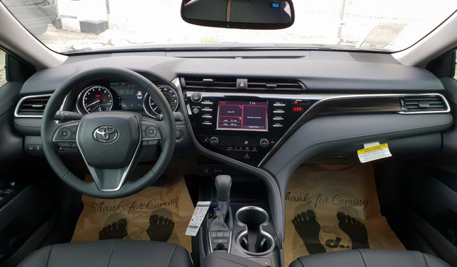Cùng giá 2,5 tỷ đồng, chọn Toyota Camry XLE 2019 hàng độc hay Lexus ES250 2019 chính hãng? - Ảnh 4.