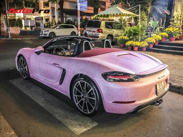 Bộ cánh hồng độc nhất vô nhị trên chiếc Porsche Boxster tại Sài Gòn khiến người ta hoa mắt khi nhìn gần - Ảnh 1.