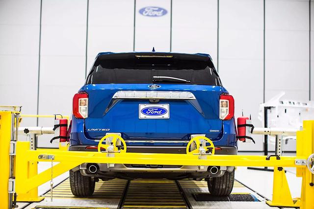 Bật mí cách Ford biến Explorer 2020 thành rạp phim 4 bánh - Ảnh 1.