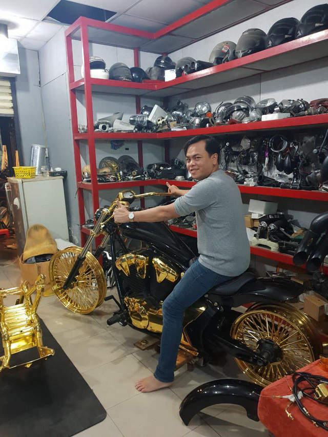 Khoe 3 chiếc mô tô mạ vàng giá gần 10 tỷ đồng, Phúc XO hứa tặng cả 3 nếu ai có chiếc tương tự - Ảnh 1.