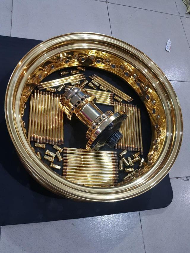 Khoe 3 chiếc mô tô mạ vàng giá gần 10 tỷ đồng, Phúc XO hứa tặng cả 3 nếu ai có chiếc tương tự - Ảnh 8.