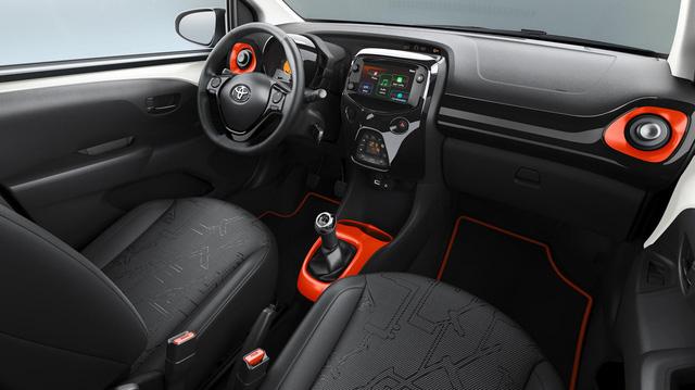 Toyota chơi trội: Không chỉ phun nước hoa như Mercedes mà còn cả... hơi cay nhưng sự thực tiễn mới đáng lưu tâm