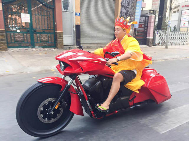 Những lần chơi lớn khiến đám đông Việt Nam trầm trồ của Đức Tào Phớ - Biker vừa tậu Tron Light Cycle tiền tỷ - Ảnh 4.