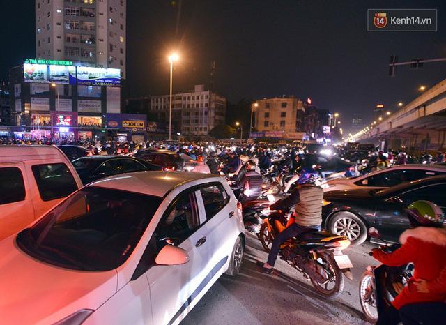 Chùm ảnh: Đây là cảnh tượng diễn ra mỗi ngày trên tuyến đường Hà Nội dự kiến cấm xe máy vào giờ cao điểm - Ảnh 13.