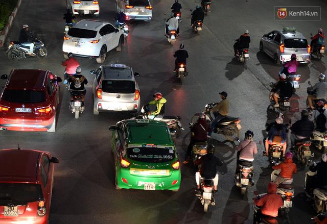 Chùm ảnh: Đây là cảnh tượng diễn ra mỗi ngày trên tuyến đường Hà Nội dự kiến cấm xe máy vào giờ cao điểm - Ảnh 14.