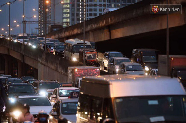 Chùm ảnh: Đây là cảnh tượng diễn ra mỗi ngày trên tuyến đường Hà Nội dự kiến cấm xe máy vào giờ cao điểm - Ảnh 9.