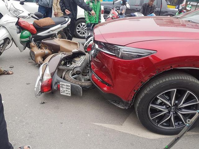 Hiện trường tai nạn xe Mazda đâm liên hoàn nhiều xe máy, tài xế nghi là nữ - Ảnh 2.