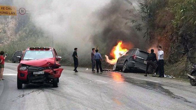 Ford Explorer cháy trơ khung sau va chạm với xe bán tải trên Quốc lộ 6