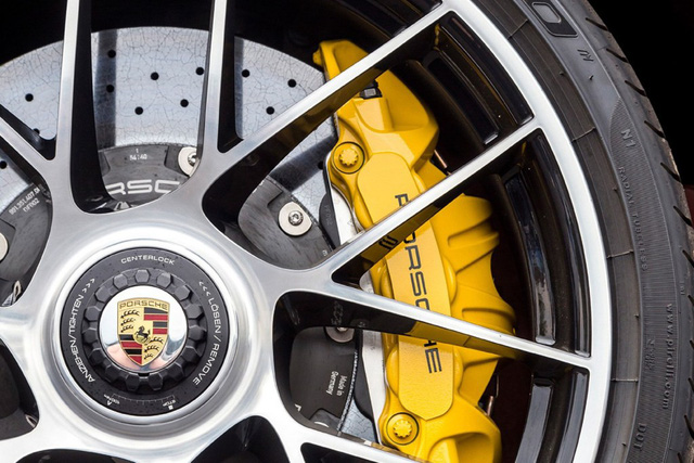 Porsche: Không muốn vệ sinh lốp? Hãy mua phanh gốm carbon - Ảnh 1.