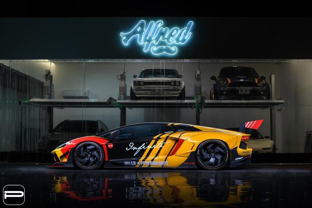 Lamborghini Aventador rực rỡ sắc màu với bản độ Liberty Walk - Ảnh 1.