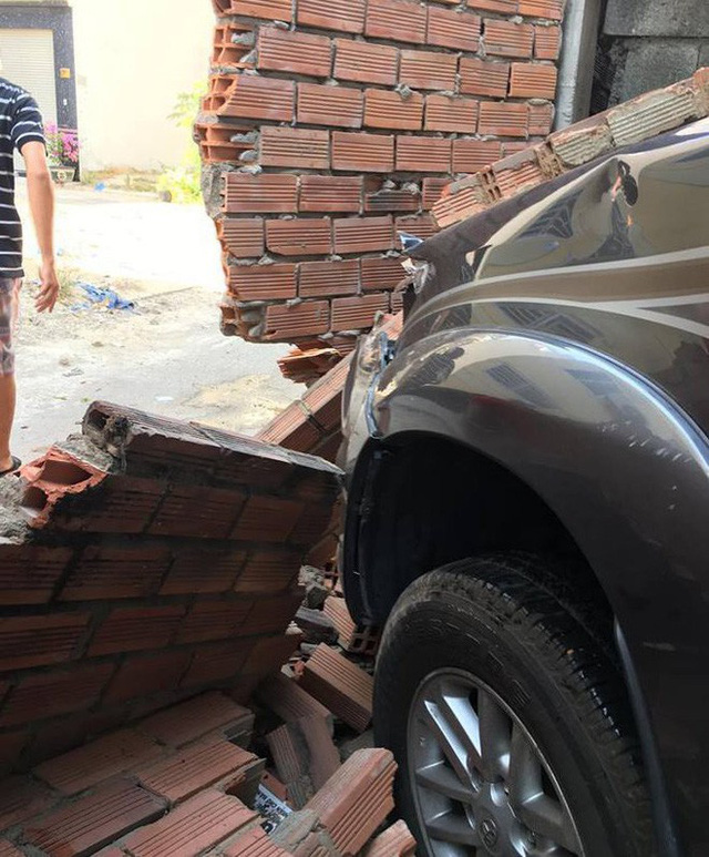 Tai nạn hy hữu gây xôn xao: Nhân viên rửa xe Fortuner đạp nhầm chân ga, đâm sập tường gara - Ảnh 2.