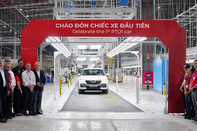 SUV VinFast đầu tiên lăn bánh khỏi dây chuyền lắp ráp ở Việt Nam, bắt đầu xuống đường chạy thử nghiệm - Ảnh 3.