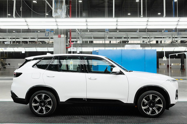 SUV VinFast đầu tiên lăn bánh khỏi dây chuyền lắp ráp ở Việt Nam, bắt đầu xuống đường chạy thử nghiệm - Ảnh 4.