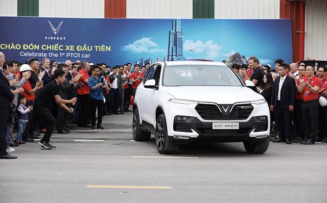 SUV VinFast đầu tiên lăn bánh khỏi dây chuyền lắp ráp ở Việt Nam, bắt đầu xuống đường chạy thử nghiệm - Ảnh 2.