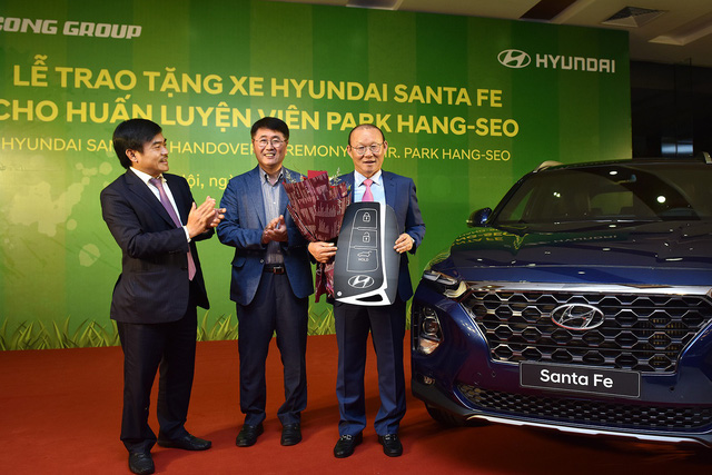 Hyundai Thành Công tặng Santa Fe 2019 cho ông Park Hang-seo - Ảnh 1.