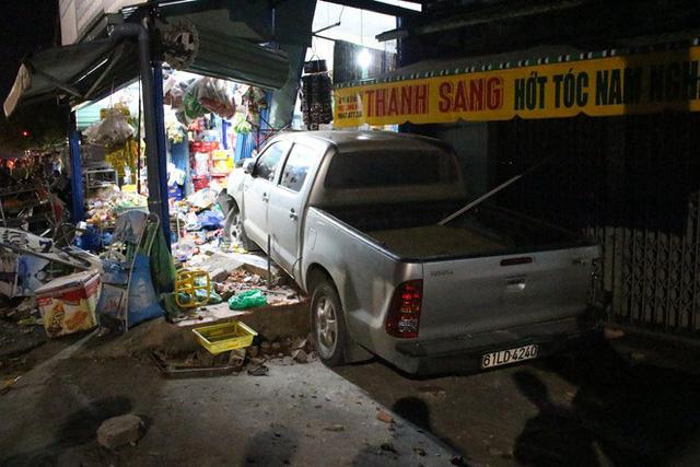 Toyota Hilux tông xe máy rồi lao vào cửa hàng tạp hoá bên đường, 3 người trọng thương - Ảnh 1.