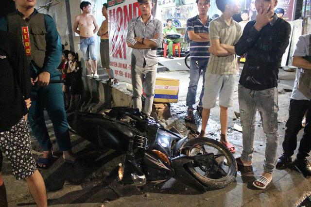 Toyota Hilux tông xe máy rồi lao vào cửa hàng tạp hoá bên đường, 3 người trọng thương - Ảnh 2.
