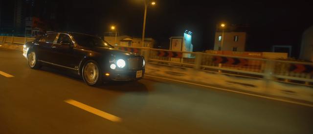 Bộ đôi siêu phẩm Mercedes-AMG GT S và Bentley Mulsanne xuất hiện trong MV mới của Lou Hoàng - Ảnh 4.