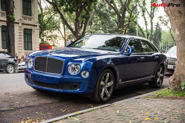 Cặp đôi kì phùng địch thủ cùng nhau khoe dáng nhưng chiếc Bentley Mulsanne Speed lại có phần hơn nhờ chi tiết này - Ảnh 3.