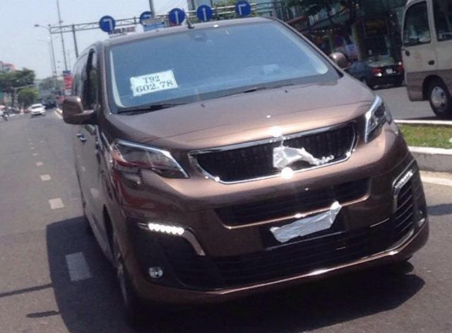 Peugeot Traveller giá dự kiến 1,65 tỷ đồng bất ngờ xuất hiện trên đường chạy thử tại Việt Nam - Ảnh 1.