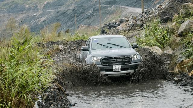 Trải nghiệm nhanh Ford Ranger Raptor: Dễ hiểu sự hãnh diện khi bỏ 1,4 tỷ lăn bánh bán tải hàng hiệu