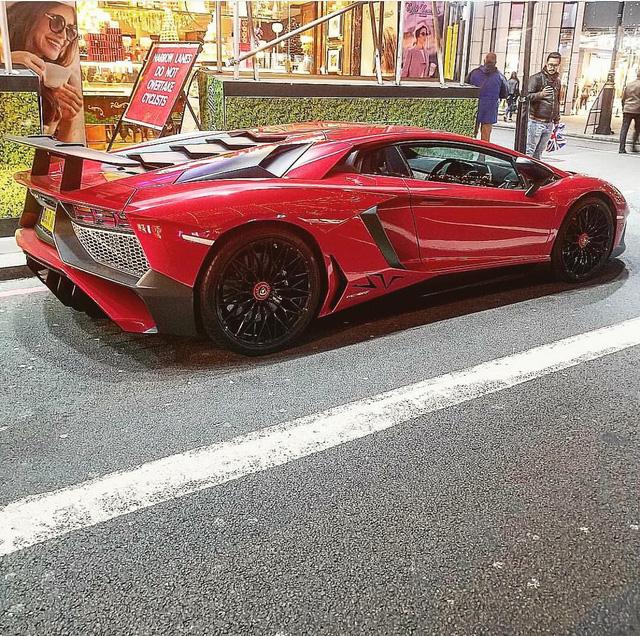 Tiểu thư Moldova dát Lamborghini Aventador SV bằng 2 triệu viên pha lê Swarovski - Ảnh 1.