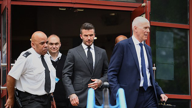 David Beckham bị tước bằng lái 6 tháng vì sử dụng điện thoại khi đang lái xe, rời tòa trên Range Rover