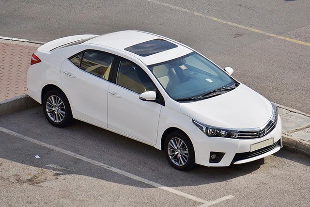 Rộ mốt 'độ' cửa sổ trời giả cho ô tô giá chưa đến 300.000 đồng - Ảnh 1.